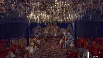 用经典的红黑金三色元素,打造一场中世纪的骑士风婚礼
